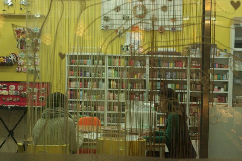 커피숍 에 앉아 책을 읽거나 대화를 나누는 모습